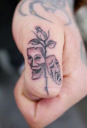 #fingertattoo #tinytattoo #singleneedle #fineline #smalltattoo #tattoooftheday