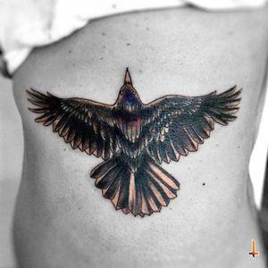 Nº317 Mamá Cuervo #tattoo #tatuaje #ink #inked #crow #crowtattoo #flying #bird #birdtattoo #wings #feathers #blackcrow #eternalink #cheyennetattooequipment #cheyennetattoo #hawkpen #bylazlodasilva