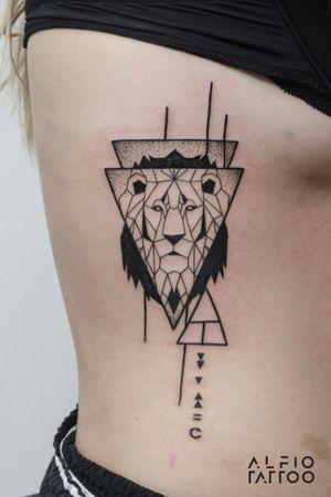 Diseño and tattoo by Alfio #lion #leon #geometric #tattoolife #inked #argentinatattoo #tattoo  #alfiotattoo  #design #designtattoo  #dynamicink #dgntattoomag #geametricanimal #music #animals #geometrictattoo